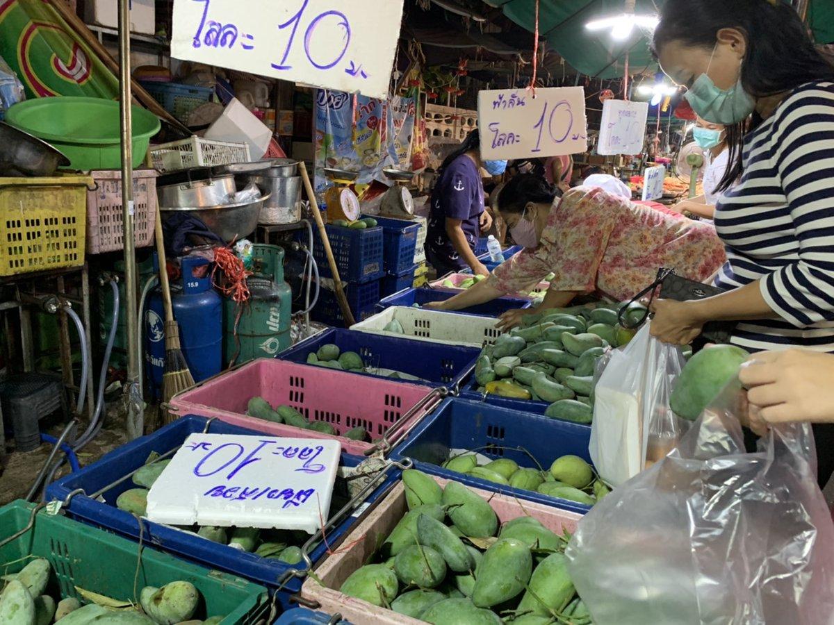 Pretty quiet at the local market #Bangkok pic.twitter.com/Iot5Fp78xD