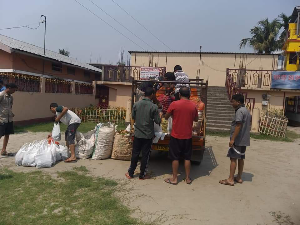 #CITY | Free Vegetables distributed at the households of Durgabari, Tezpur amid the Lockdown. #Covid19India #lockdownpic.twitter.com/MT1K3FQkCh
