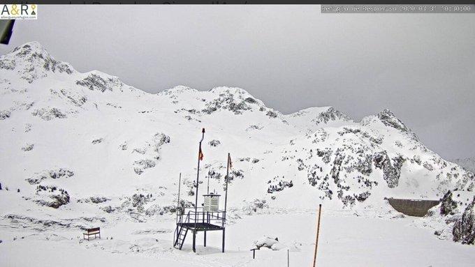 Buenas. Esta noche ha nevado unos 5cm en los refugios de Respomuso y Bachimaña. La cota ha estado muy baja pero ha subido durante la madrugada. Hoy y mañana se esperan precipitaciones con cota 1800-2000m. Fin de semana primaveral. Seguiremos en casa. https://t.co/7YTZpFzIjA