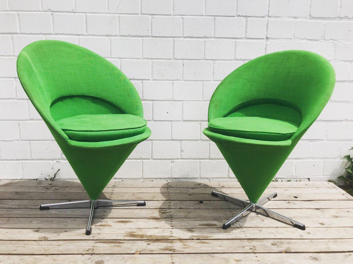Neu sind diese beiden grünen K1 Cone Chairs von Verner Panton. Gerne auch Tütenstühle. Lizenzproduktion Gebrüder Nehle  #vernerpanton #conechair #tütenstuhl #danishdesign #scandinaviandesign #midcenturymodern #midcenturyfurniture #vintageinterior #vintageinterieur #interiordesignpic.twitter.com/1ozDXFKCor