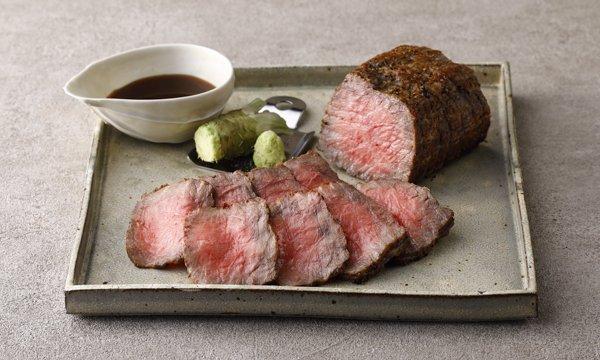 秘伝の特製ソースと生わさび付き!特別な日に食べたい&贈りたい一品。長野県のブランド牛「信州牛」の内モモ肉をじっくりと焼き上げたローストビーフは、しっとりとジューシーで柔らかく、噛むほどに口の中で肉の旨味が広がるんです!⇒ #接待の手土産 #取り寄せOK