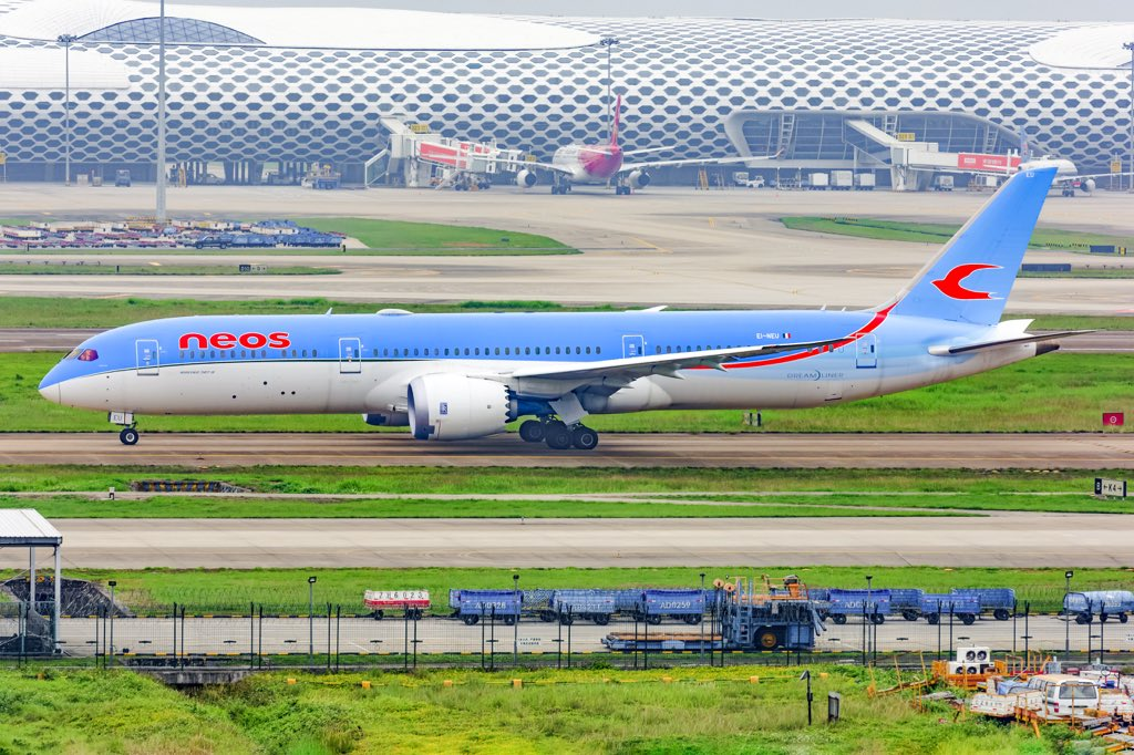 #NeosAir #boeing #B787-9 visits #Shenzhen China for carrying health material to #Milan #Italian #COVID19 #staystrongpic.twitter.com/fEm2rF9XrZ