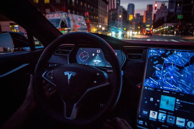 Τα οχήματα της Tesla θα σταματούν αυτόματα σε κόκκινα φανάρια και STOP [Video]  https://www.techgear.gr/ta-ochimata-tis-tesla-tha-stamatoyn-aytomata-se-kokkina-fanaria-kai-stop-video-26803…pic.twitter.com/kfFh3s1iAo