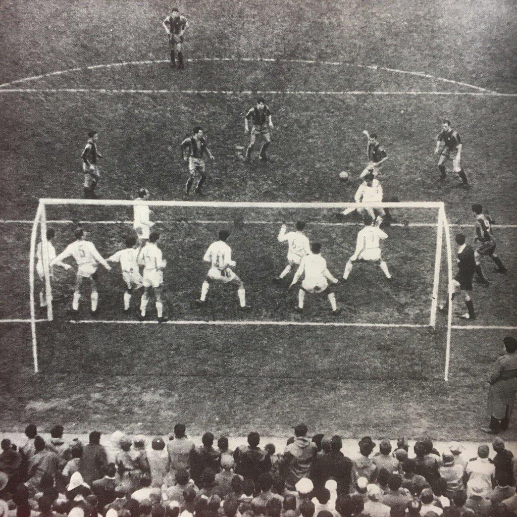 Real Madrid blocking a free-kick vs. FC Barcelona (1960's) #realmadrid #barca #espana #futbol #oldfootball #football #calcio #ElClasico