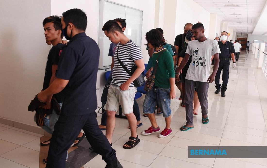 Ingkar #PKP: Seramai 367 lagi didakwa, ada dipenjara, didenda  https://www.bernama.com/bm/am/news.php?id=1827206…  #PerintahKawalanPergerakan #COVIDー19