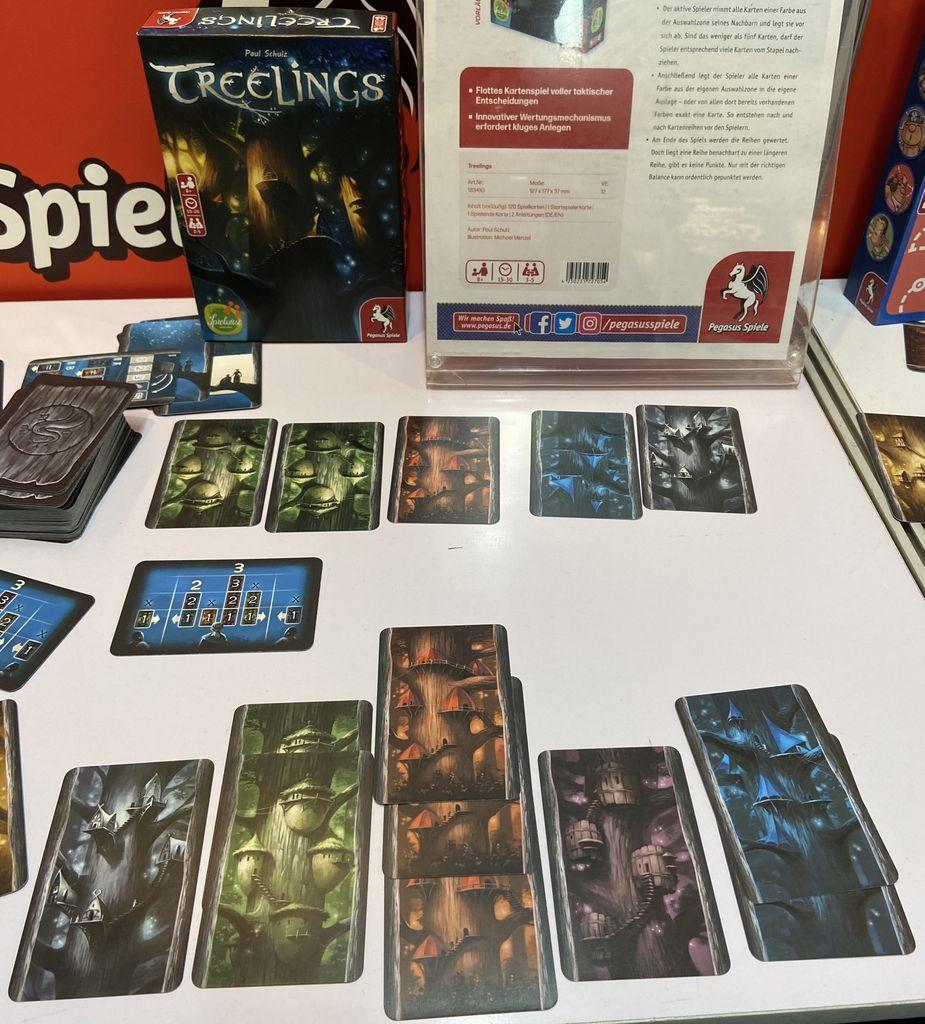 Troverete draft e collezione set in #Treelings (2-5g, 8+, 15-30') di @spielwiese e @pegasusspiele. 6 gilde da 18 carte: al turno si prende dal mercato tutte le carte di un colore o tutti i colori singoli. Maggiori info qui: https://www.boardgamegeek.com/boardgame/298017/treelings… #giochidatavolo #Spielwarenmessepic.twitter.com/aDWOAH3swv