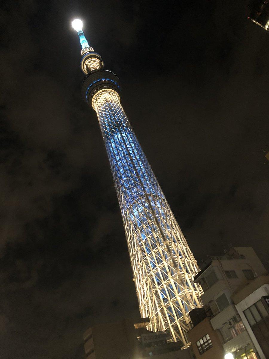 東京タワーから 後日スカイツリーの横を通りました。  これまた神秘的  どうやって作ったのだろう?それが気になる。凄い作品。  『あれ、俺の作品なんだ。』 なんて言えたら…すごいよね  これも芸術  エンターテインメント!  #スカイツリー #東京タワー #神秘的 #作品 #エンターテインメントpic.twitter.com/Oe37lu8mOk