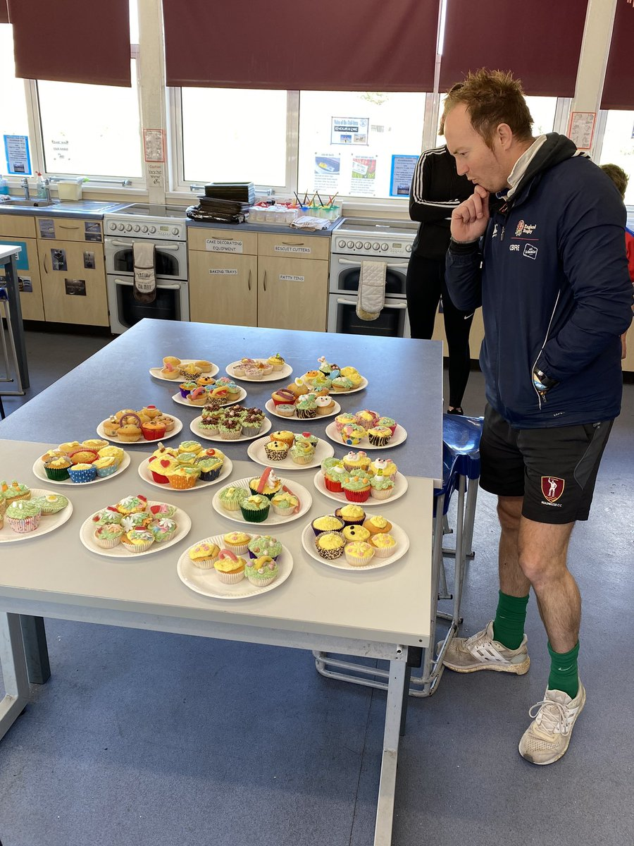 Mr Murch judging the cake making competition  Thanks to Mrs Crockford for her expertise, and patience! pic.twitter.com/UqFw64jvxk