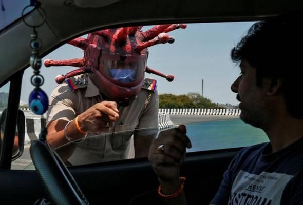 COVID-19: Polis India pakai topi keledar bentuk virus untuk beri kesedaran astroawani.com/berita-dunia/c… #AWANInews #HapusCOVID19 #KekalTenang