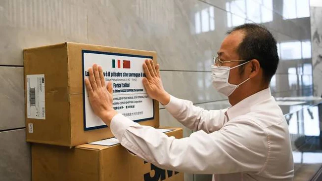 #Coronavirus: @Federlegno e #SaloneDelMobile portano in Italia 545k #mascherine. Grazie a mondo #design e #arredo cinese, in collaborazione con @vnuexhibitions Asia e ad Ambasciata Pechino ci siamo impegnati per avere nuovi dispositivi di protezione da consegnare a #CRI ph: Direpic.twitter.com/Ld4OPCfDQl