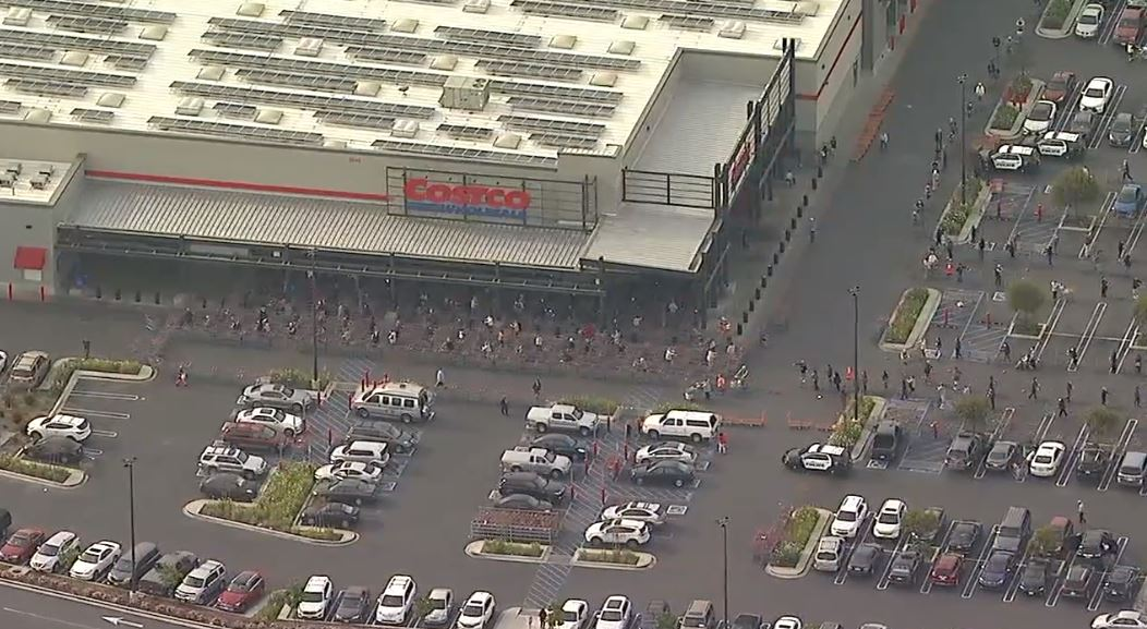 WATCH #LIVE: Massive crowds of customers line Costco, Sam's Club parking lots in Torrance as panic shopping fueled by #coronavirus outbreak continues https://abc7.la/340yn0zpic.twitter.com/qxp8hGtazN