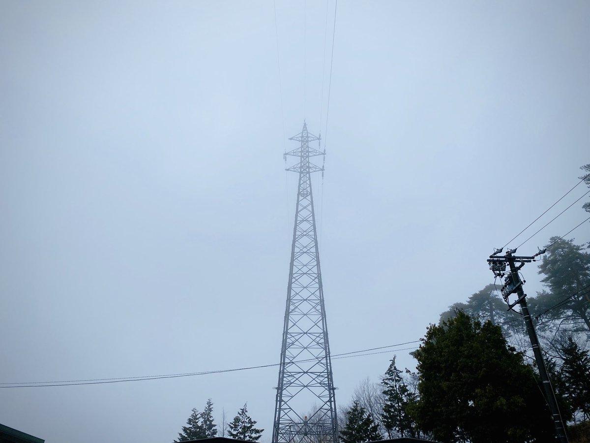 #いまそら #鉄塔  山の上は今日も霞か霧か… …里から見ればただの雲(≧∀≦)pic.twitter.com/Yp4lwy4T8L