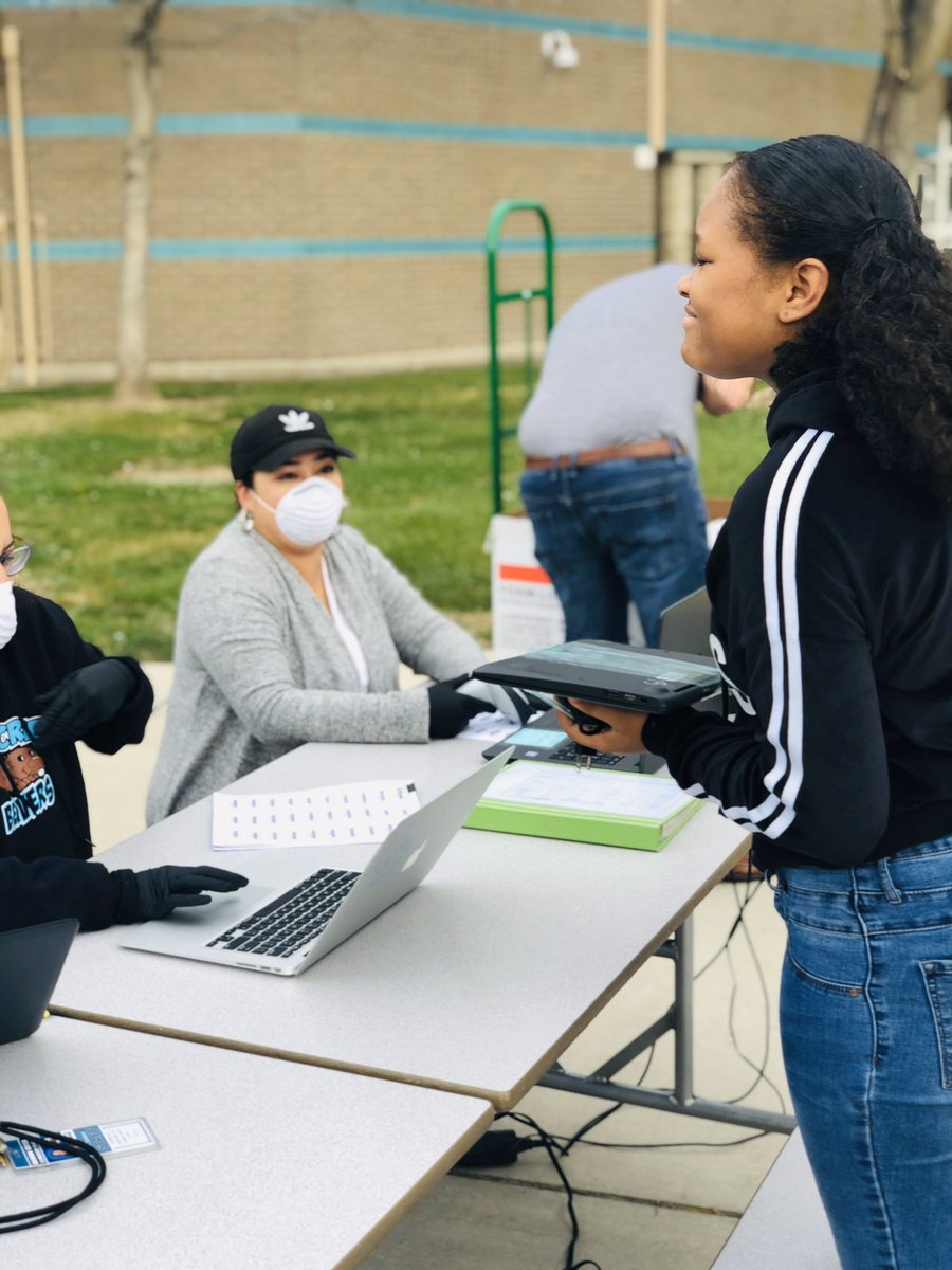 Nearly 300 chromebooks were distributed today at Bannon Creek for distance learning today😅. Way to go team🙌🏼🤗! It was nice seeing our students- even from a distance! #bannoncreekproud #equity #distancelearning https://t.co/sOaLXQezKR