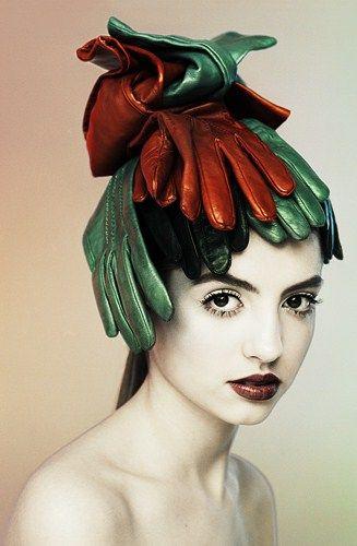 This is very Elsa Schiaparelli and I love it! #art #fashion pic.twitter.com/pVgQPKNeak