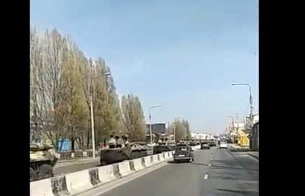 """Why the heck we need all this – I don't get it. Is this the beginning of war, or what?"" #Rostov #Ростов #Russia #military #APC https://bit.ly/3dLIU48 pic.twitter.com/EyswfBpUO2"