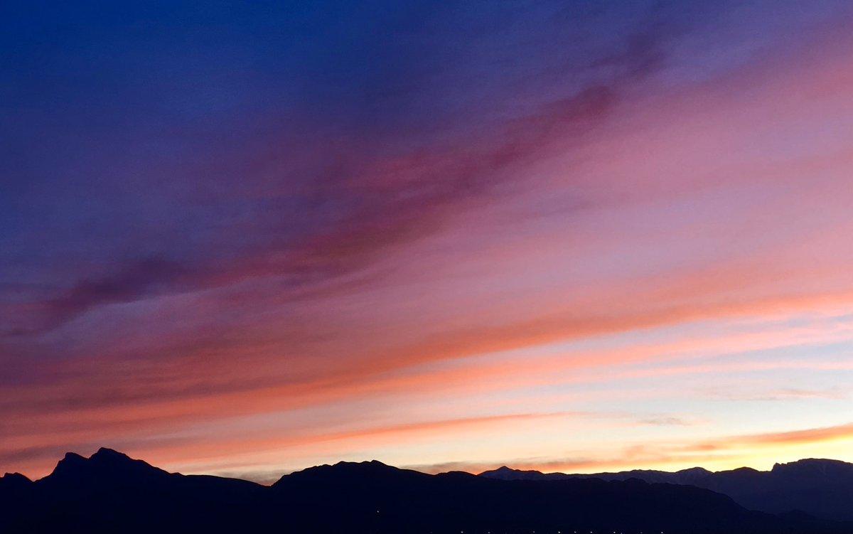 Giant Sunset Tonight In Las Vegas. #ThePhotoHour #StormHour #sunset #StayAtHomepic.twitter.com/GvdJKoSzvp