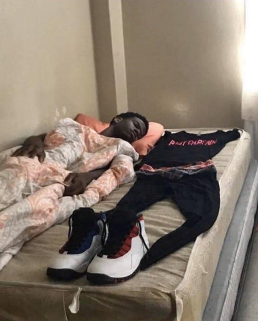 ريـاكشن בטוויטר رياكشن واحد نايم و مجهز ملابسه ملابس الطلعة على فوق السرير