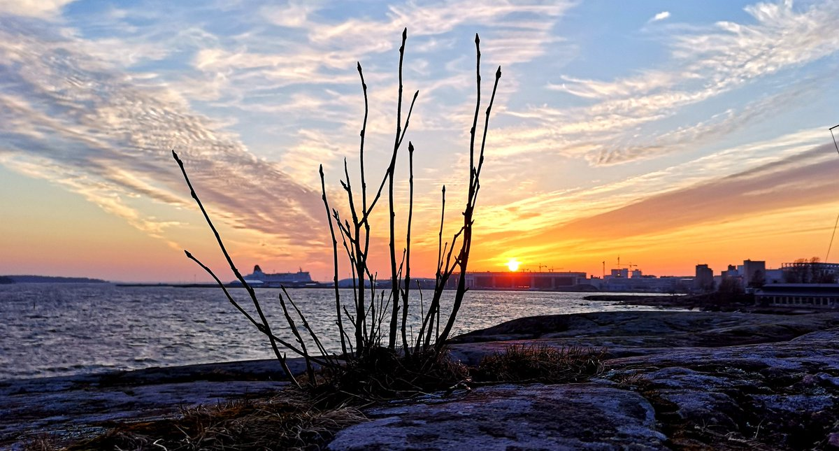 Welcome Spring sunset #Helsinki #Finland #photography #StormHour #sunset #photograph #weather #nature #landscape #colors #WednesdayWisdom #staysafe #WednesdayVibes #FirstAprilpic.twitter.com/EmEOaZ42Hp
