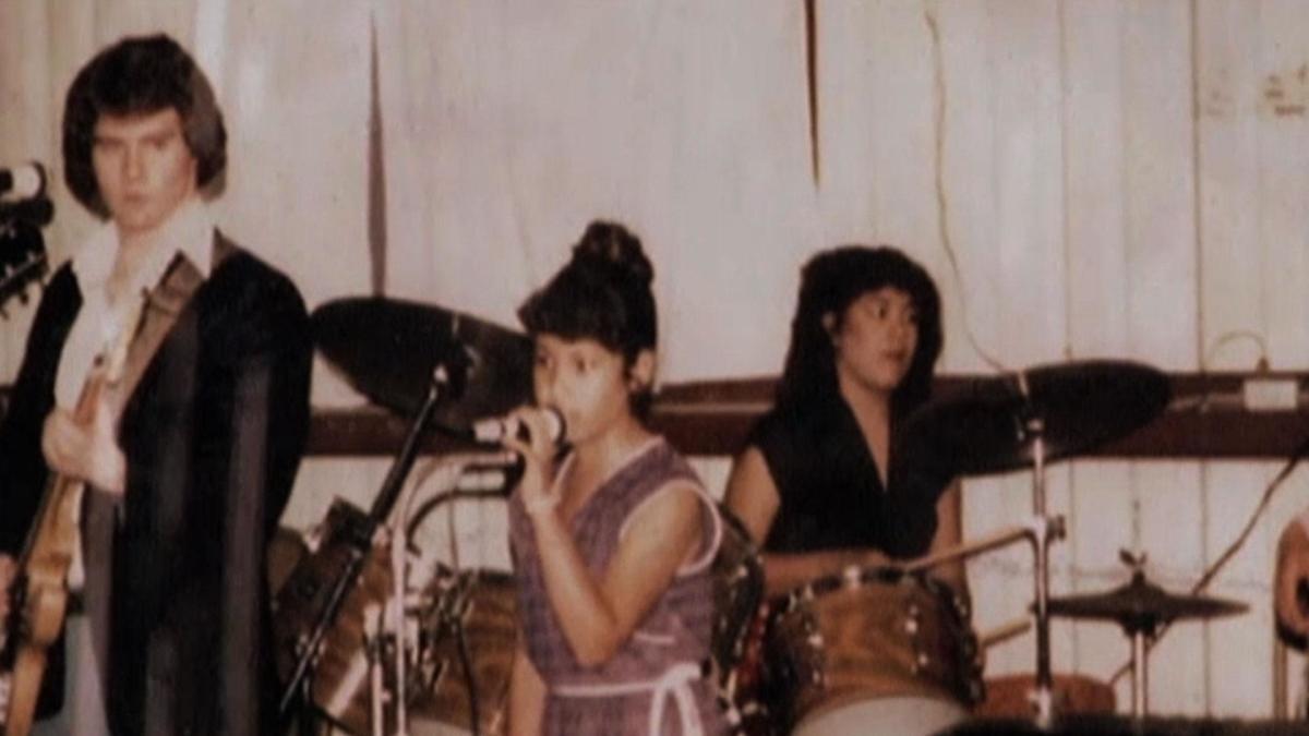 """Con un poco de ingenio convenció a su familia de traer de vuelta a su antigua banda """"Los Dinos"""" solo que ahora los integrantes eran sus tres hijos: A.B. tocando el bajo, Suzette la batería y Selana la vocalista.pic.twitter.com/AQpvimAmOJ"""