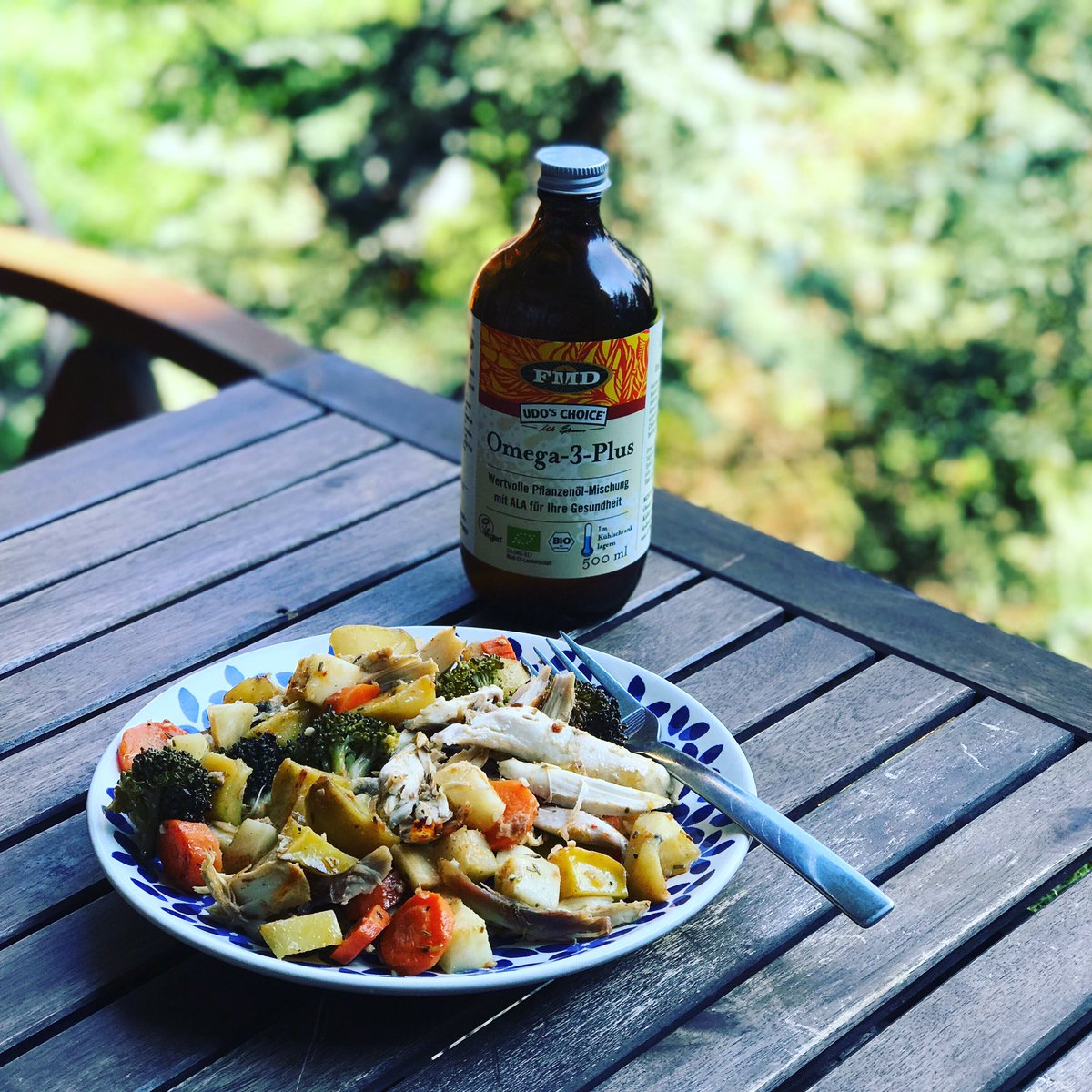 Healthy lunch ❤️ organic grilled chicken, baked potatoes, grilled vegetable, spoon full of Udo's Oil Blend (Omega 3), herbs to taste @florahealthy @OKRILL3 @UdosChoiceCzech #lunch #healthy #udoschoiceczech #omega3 #organic #oilthemachine #beflorahealthy #fitness #HealthyFood