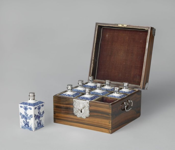 Casket with nine bottles, anonymous, c. 1680 - c. 1700 - the box was made in Batavia and the bottles, for scent & oils, made in #Japan.  This was a VOC [Dutch East India Company] corporate gift (Rijksmuseum)  It is a lovely thing. pic.twitter.com/Nn7qsiC20I