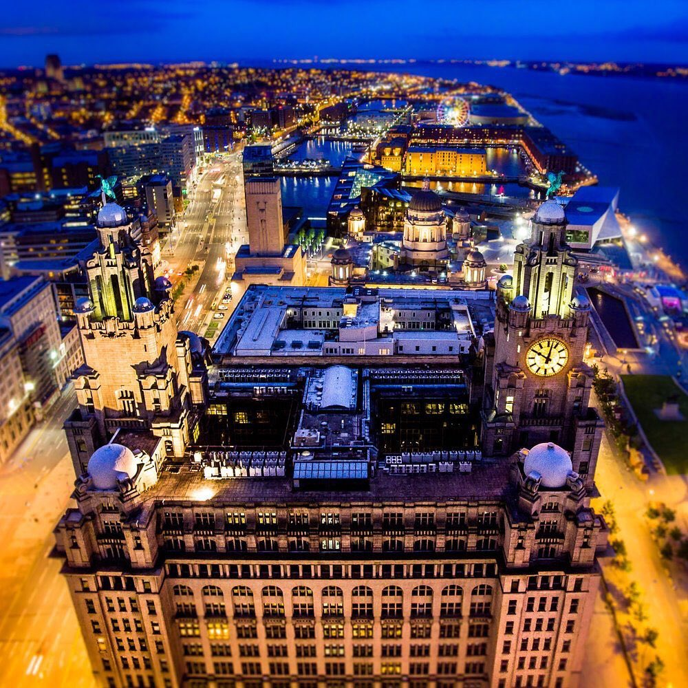 Look how boss our city looks at night #Scousers #LiverBirds #City pic.twitter.com/xfyaa9UVaQ