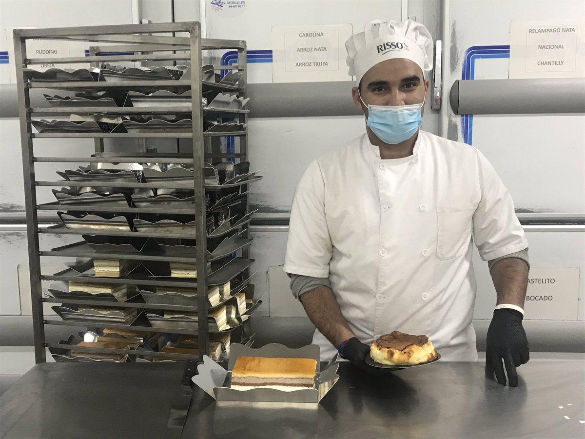 Aquí os dejamos a Jal, el hombretón de la 🚲 y al que le hemos pillado con una tarta de queso en las manos 🤣, y su habitual carro de tartas 🎂   #tartas #pasteleria #bizkaia #bilbao #kaialde