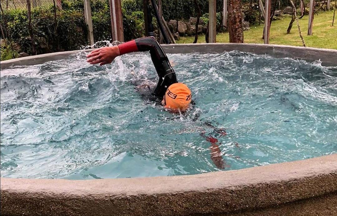 """""""Es un antiguo pozo de mis abuelos... el agua está bastante fría""""  Así es la piscina que el triatleta de élite @Cristobaldios y su padre han 'construido' para nadar durante la cuarentena...  https://bit.ly/3aAviqmpic.twitter.com/dVGDdi0ky3"""