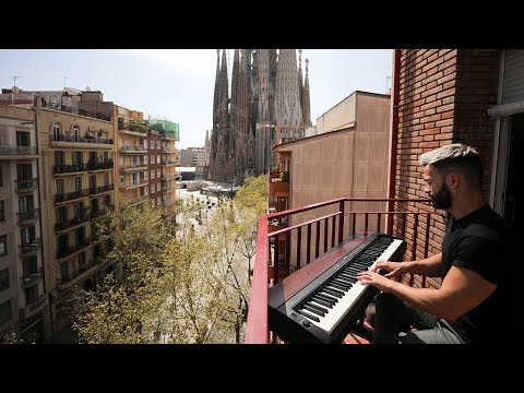 From his red brick balcony in central #Barcelona, Alberto Gestoso Arce played the piano for his neighbors who are confined at home under Spain's state of emergency pic.twitter.com/0hwEQMc9wj