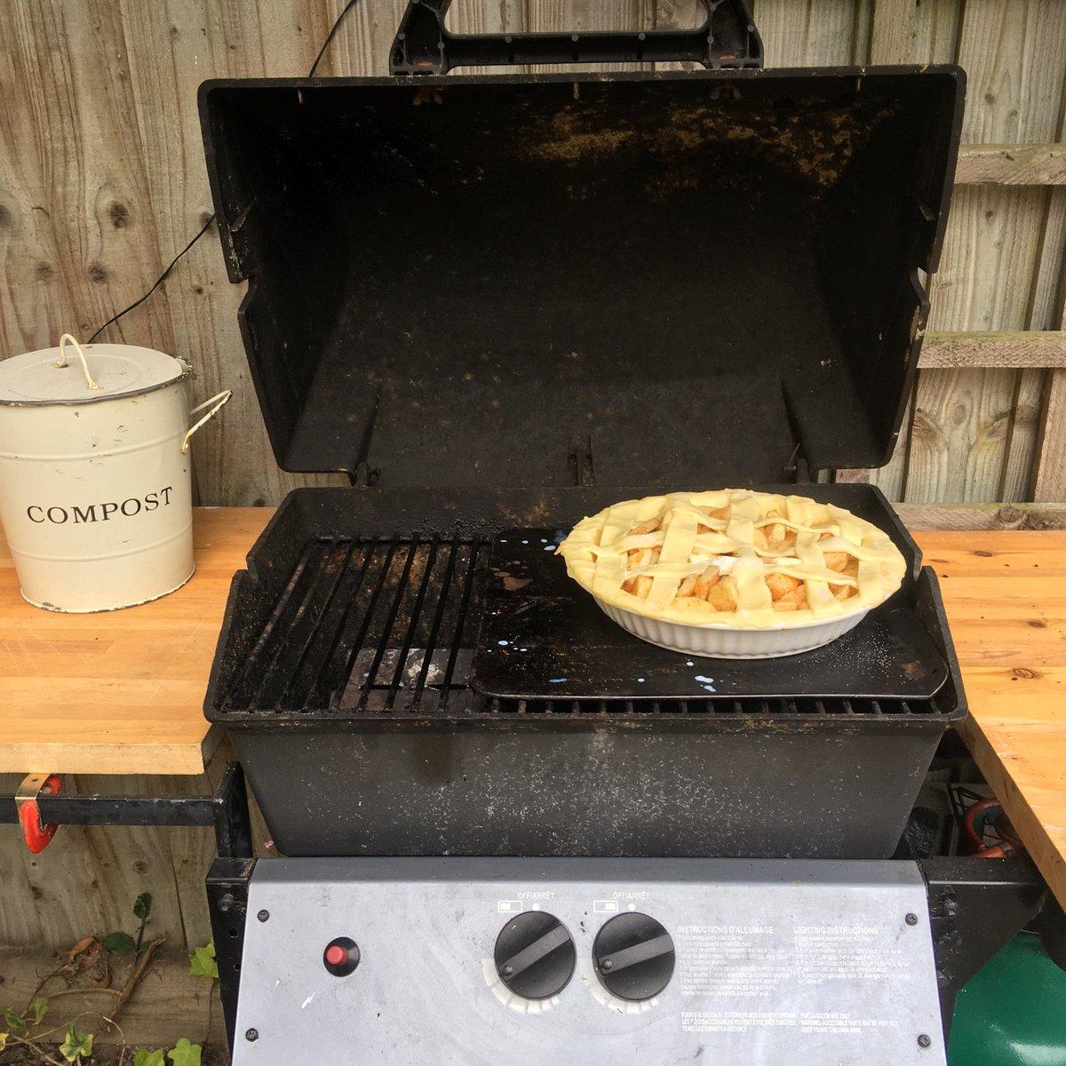 Oven's broken.... attempting apple pie on the offside. Wish me luck... #bbq pic.twitter.com/oJMdFmTYNj