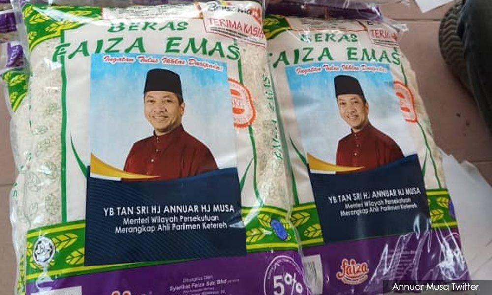 Masa covid19 ni la YB2 sibuk nak berkempen. Nak bagi bantuan tu bg je la, tak payah nak tampal poster bagai. Malaysia ni byk sgt main politik. Semua parti politik sama ja. pic.twitter.com/v99fL6upd8