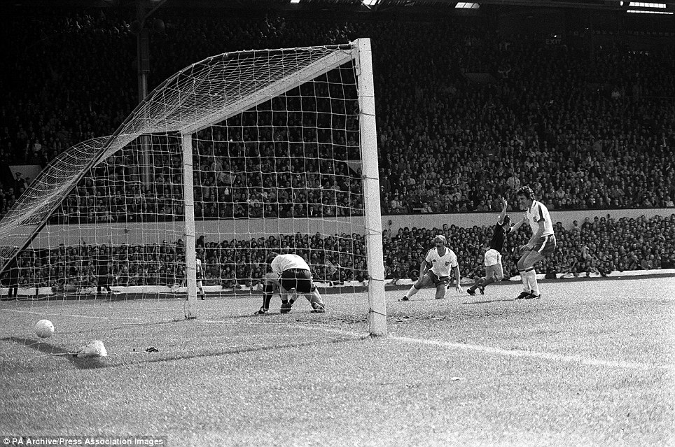 """PictureThis Scotland on Twitter: """"Kenny Dalglish nutmegs Ray Clemence as  Scotland defeat England 2-1 at Hampden. (1976)… """""""