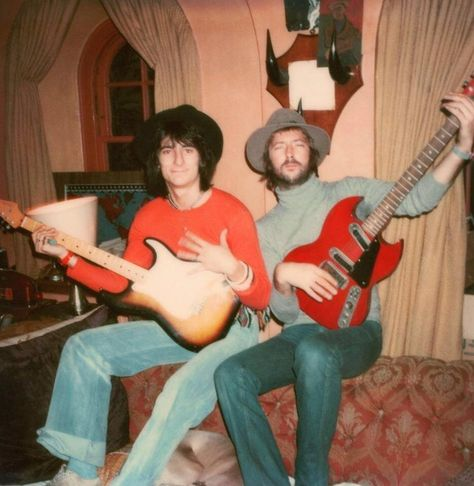 RT @GroovyHistory: Groovy photograph of Ronnie Wood and Eric Clapton taken by Pattie Boyd in the 1970s. 🎶 https://t.co/dBLbidUcTR