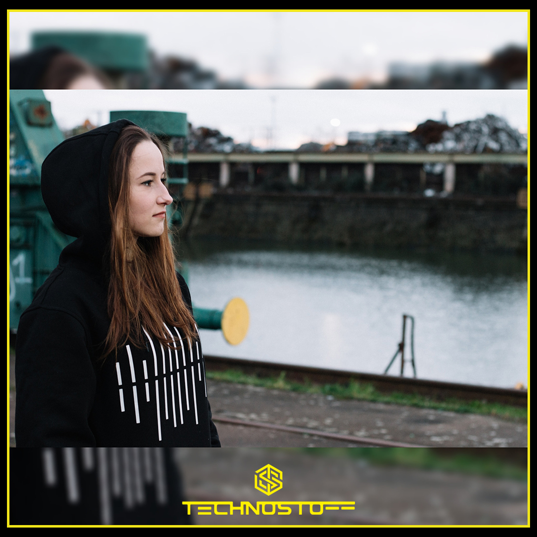 "Techno Wave Premium Hoodie  mit ""home-alone"" 10% sparen, beliebig oft bis Ende April.  https://soo.nr/R5ji  #techno #rave #technoclothing #raveclothing #technomusic #festival #technoparty #technolove #technoliebe #ravelife #raver #ravegirl #ravergirl #technooutfitpic.twitter.com/gGjHi98ocz"