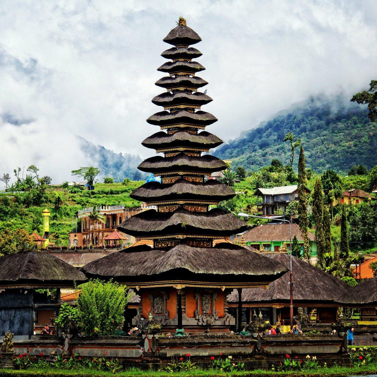 Ulun Danu Beratan Temple, Indonesia #WeAreKuruWe #travelcommunity #travel #travelphotography #travelphoto #traveltheworld  #nextdestination #wanderlust #budgettravel #washyourhands #island #indonesia #bali #temple #coastalliving #startup #crewlife #retweet #follobackinstantlypic.twitter.com/EH3Ml8SC7X