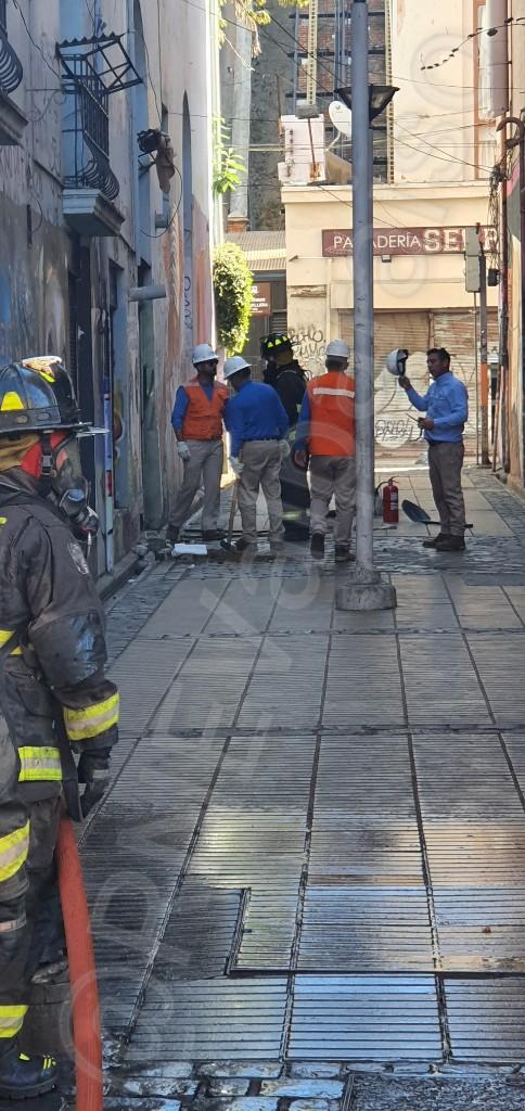 AMPLIA #valpo Se trata de empalme de gas de 3 pulgadas. Se realizó evacuación de 500 personas y 15 locales comerciales en prevenvión. La emergencia se encuentra controlada @reddeemergencia https://twitter.com/RNEValparaiso/status/1245436049620418562…pic.twitter.com/2iZrfReF5B