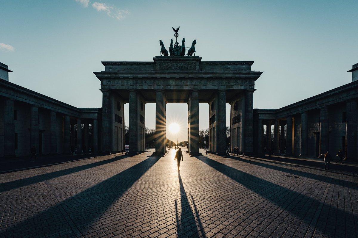 Into the Light. #visitberlinlater #berlin pic.twitter.com/7xEyXwDGZh – at Brandenburger Tor