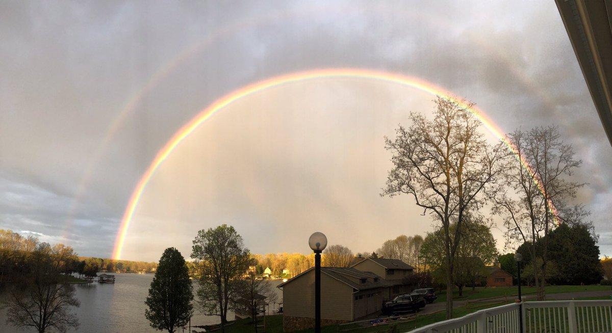 My son @__cameroncox__ to this picture from our deck this evening! #rainbows #wset #godsbeauty #smithmountainlake #spring2020 #aprilshowers #myhappyplace #goodthingstocome #CoronavirusUSA2020 #potofgold #todayshow #wsls #goodmorningamericapic.twitter.com/fylvtracF4