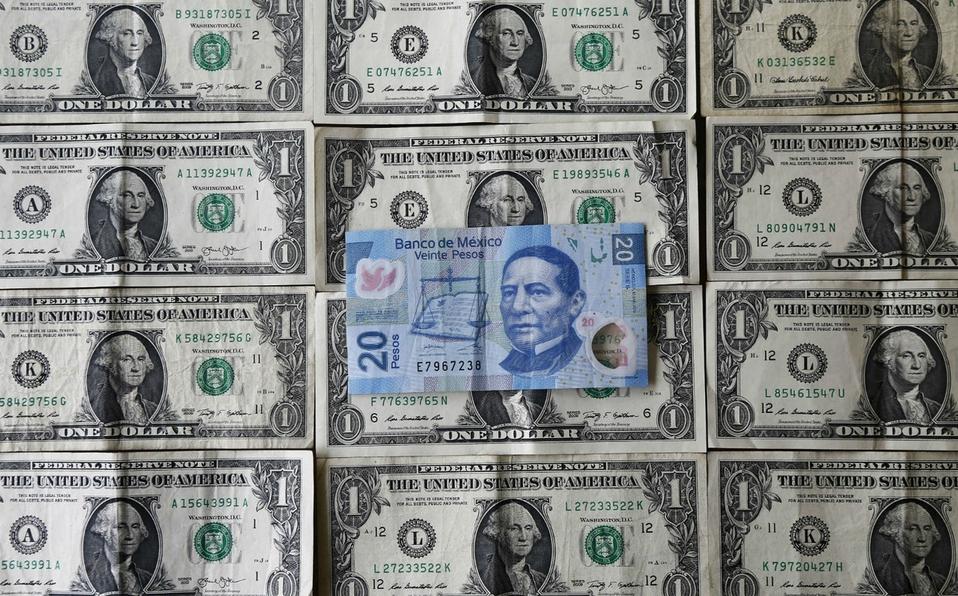 Dólar cierra en 24.34 pesos después de un estira y afloja