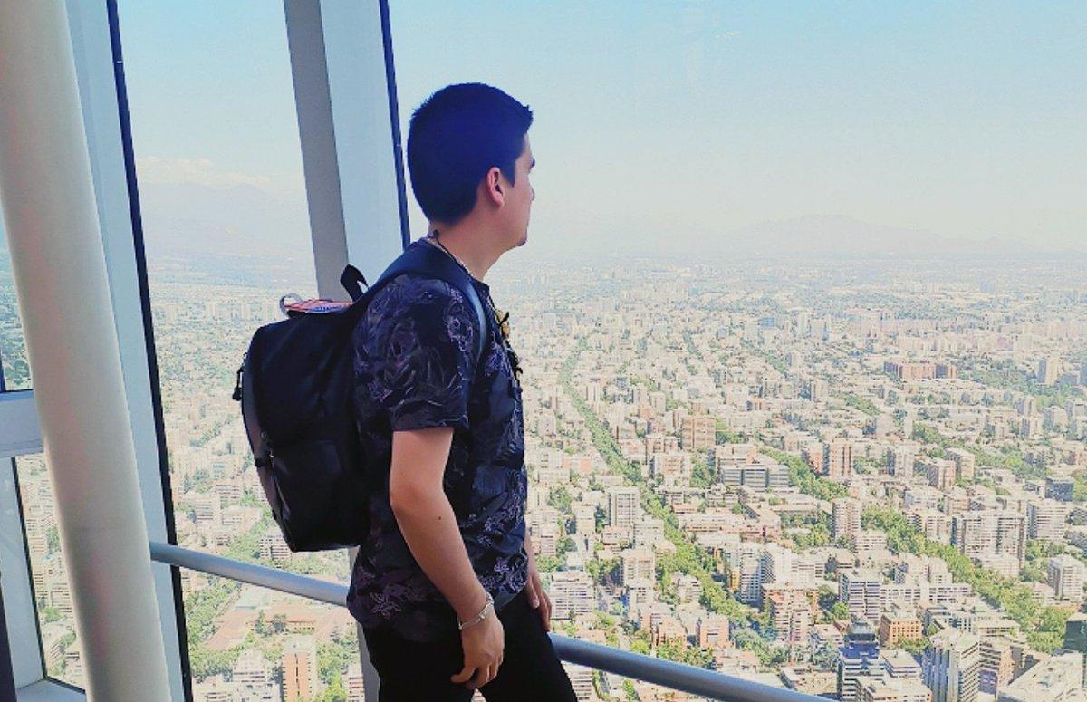 Look towards the future 🌁  #CuidemosnosEntreTodos #quedateEnTuCasa #QuedateEnCasa #gayscl #gaysantiago #gaychile #gaysenchile #pride #picoftheday #travelgram #instagood #instagayboy #instaphoto #instamoment #instalove #travelphotography #gayfriendlytravel #travel #smile #scl