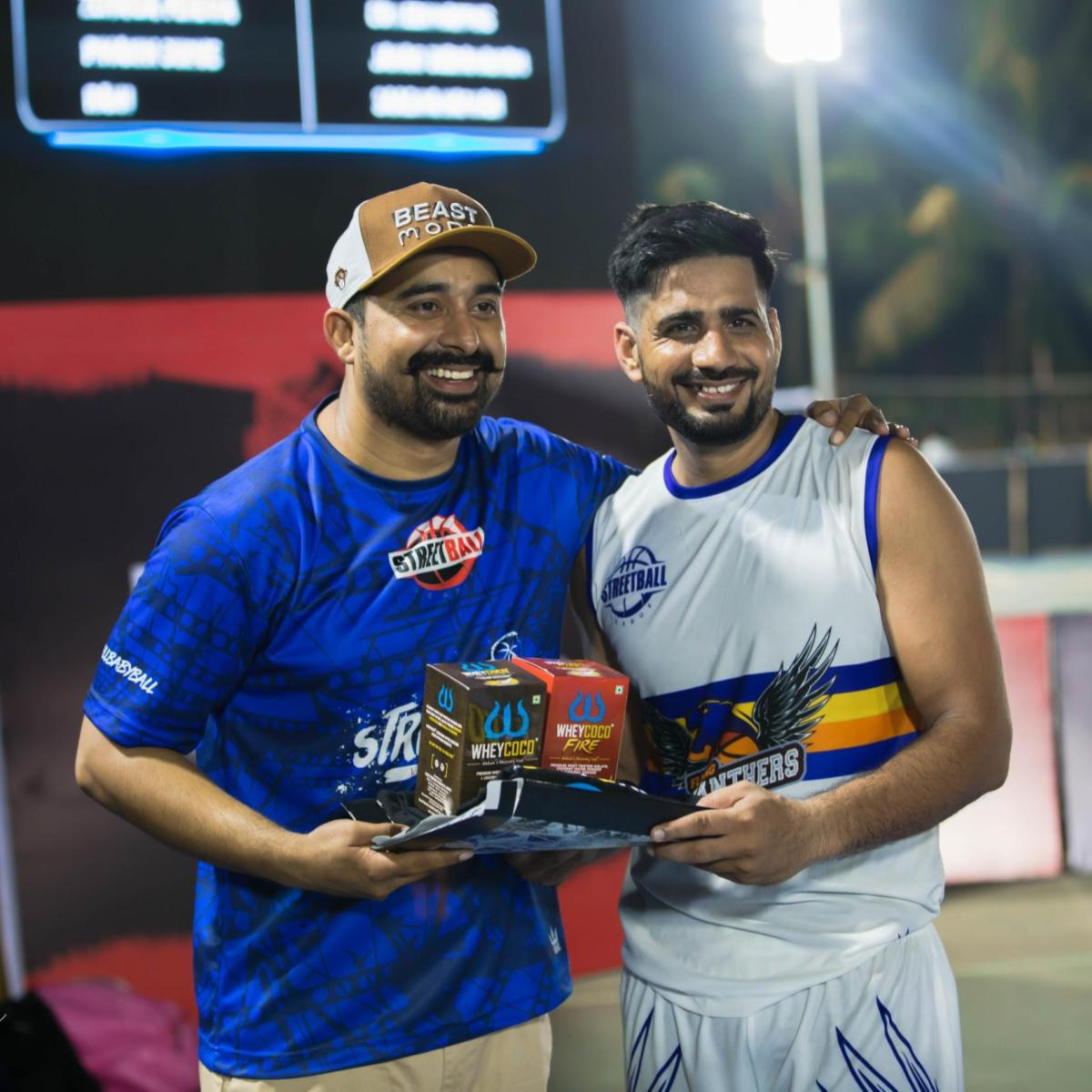 #ThrowbackThursday @rannvijaysingha presenting WheyCoco gift hamper to the winning captain Amit Gahlot of Flying Panthers at Streetball League.  #WheyCoco #VegProtein #StreetballLeague #UnstoppableYou #HighProtein #Workout #Fitness #Protein #Healthy #FitnessGoals #Wellness