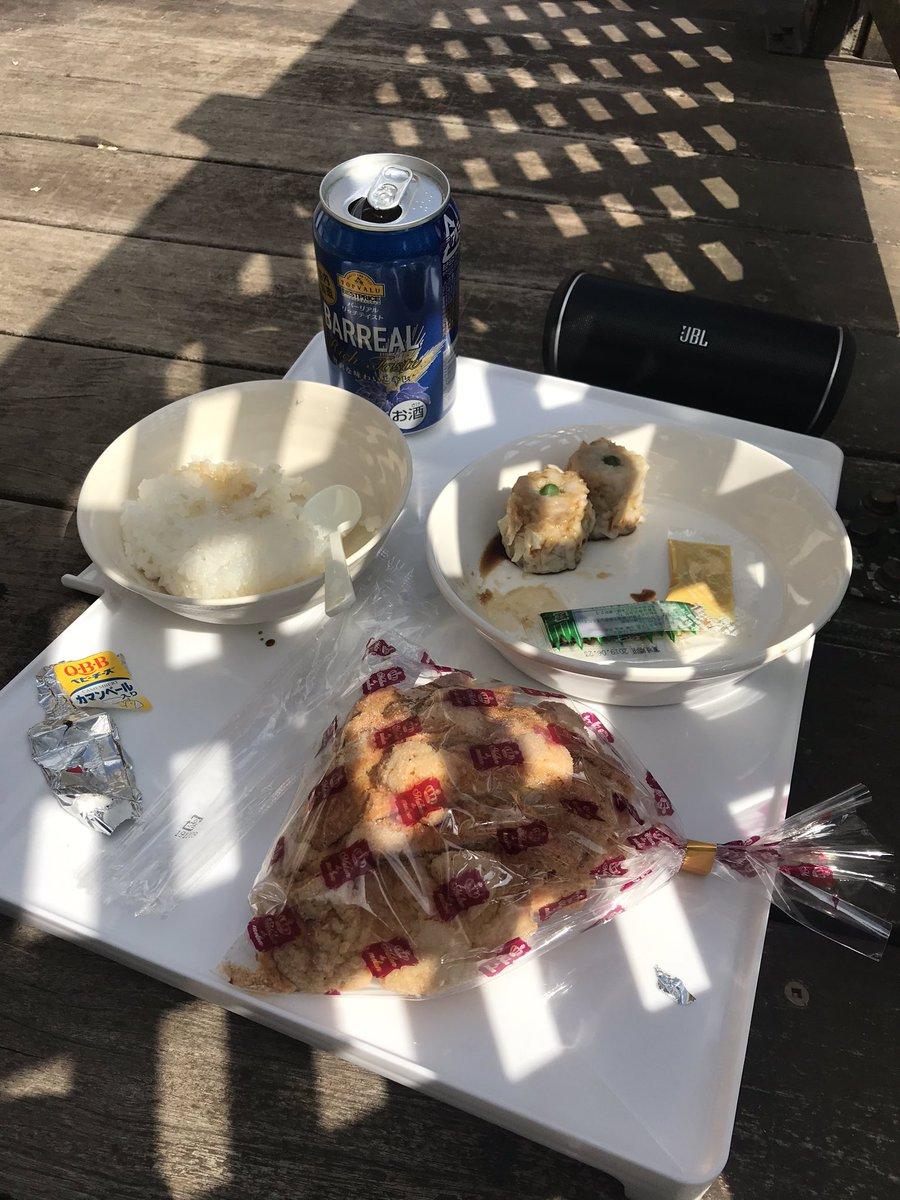 休日のランチ  私は 焼売 ライス ビール 三島ラスク  エルフは チーズ 三島ラスク 水  隣りの桜でお花見です! 好きな音楽聴いて お花見ランチ  おーい! エルフもお花見しなさいよ  エルフは花より団子らしい  #ゴールデンレトリバー #犬のいる暮らし  #犬との暮らし pic.twitter.com/gUbcGEQOVk