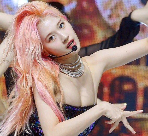 Twice エロ twitter TWICEのモモ、ライブ中に乳首がポロリしてしまう