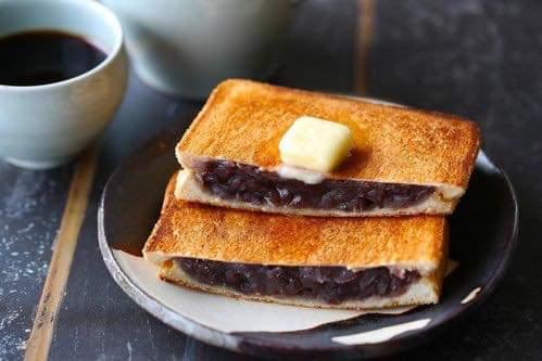 ああああああ、甘いもの食べたい。あんこ。あんこが食べたい。あんこたっぷり挟んでカリッと焼き上げたあんバターサンド...追いバターもたっぷりしたい🤤🤤🤤