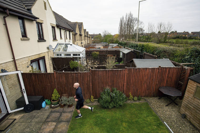 British man runs marathon in backyard during #coronavirus lockdown: https://808ne.ws/3bKNxcU  #covid19pic.twitter.com/rmkWgzgZIA