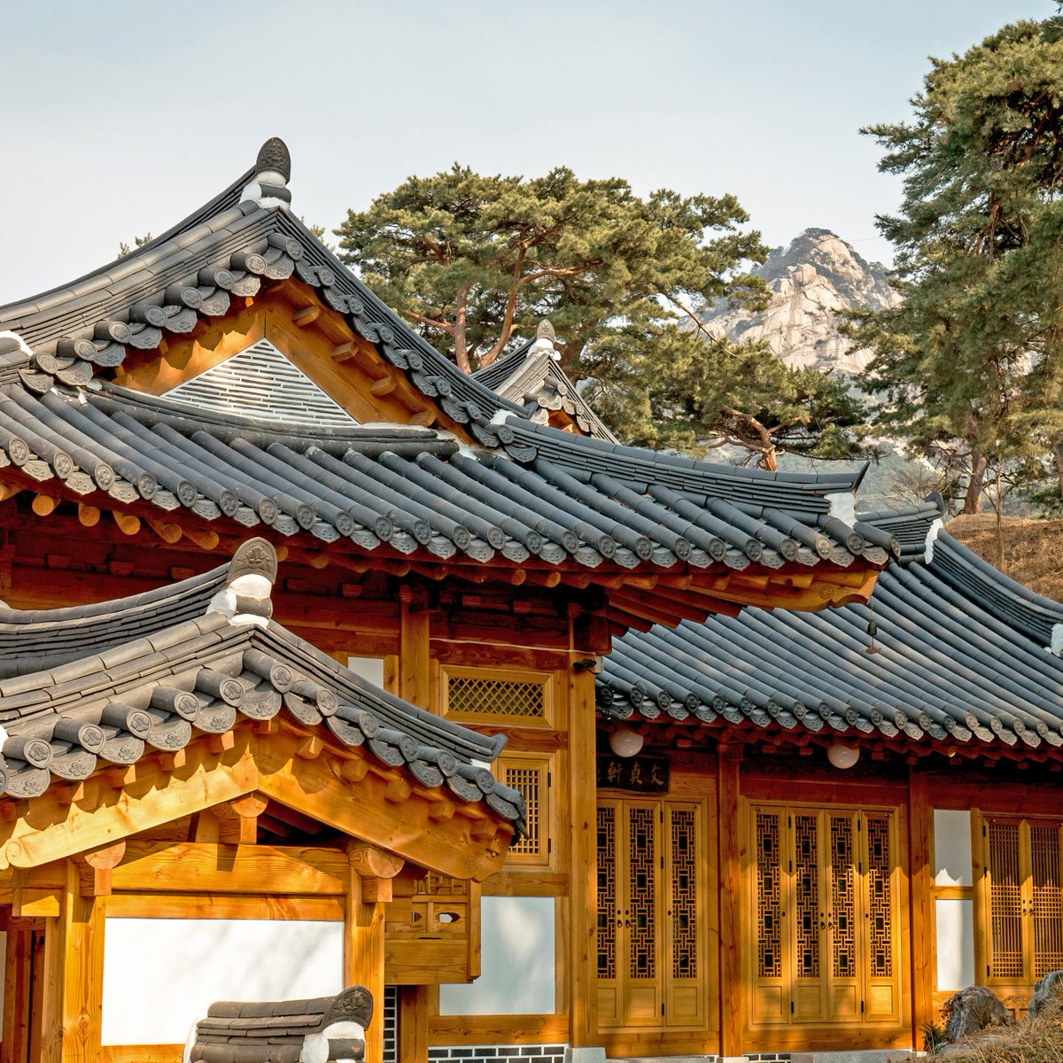 Surrounded by the Bukhansan Mountain, Eunpyeong Hanok Village located in Jingwang-dong, Eunpyeong-gu is known for its picturesque views and fresh air.  Take a look at these pictures, it's springtime in Eunpyeong Hanok Village now!  #ISeoulU #Seoul pic.twitter.com/4LUMK2Y7h9