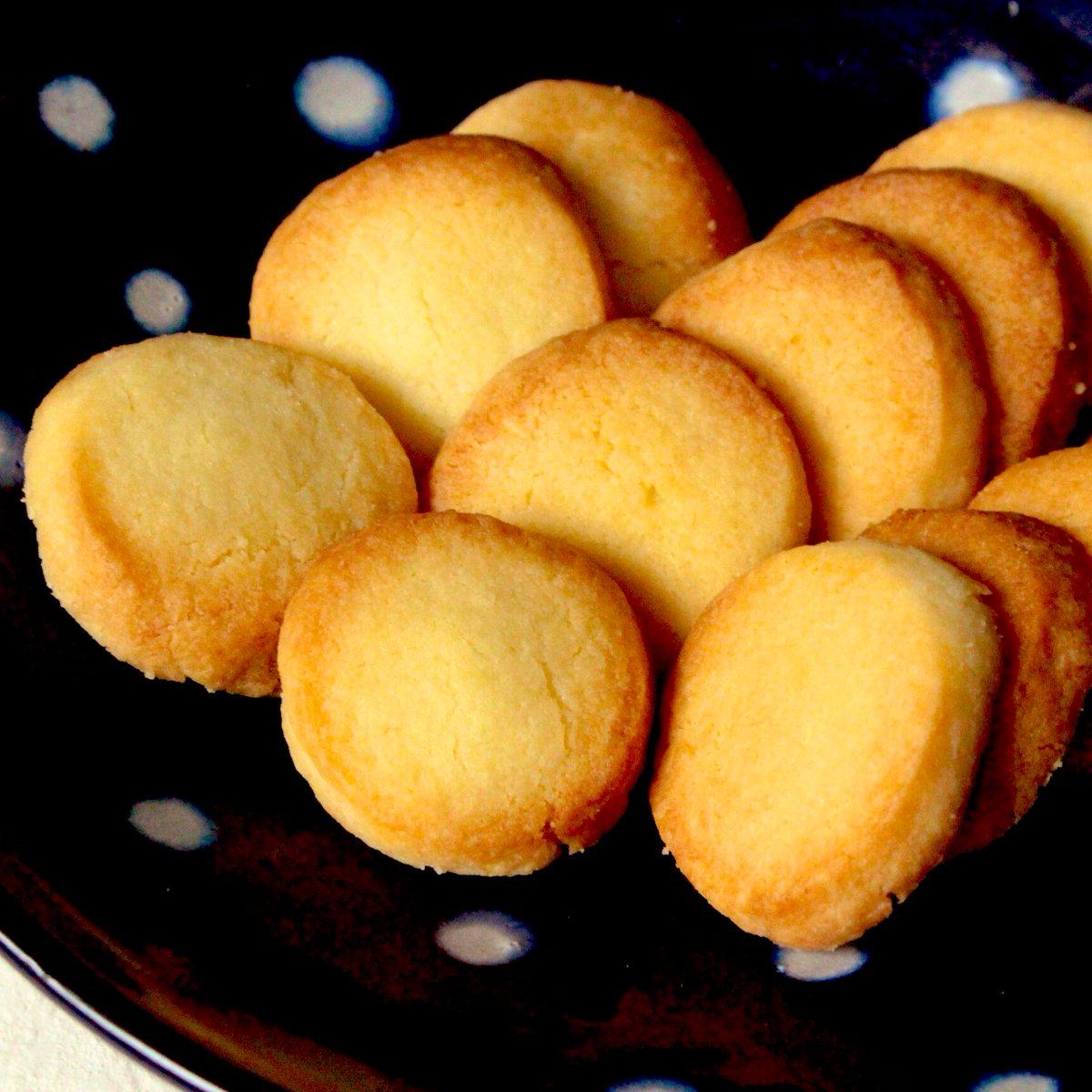 これ本当にトースターで作ったの⁉️最高のおうちおやつが誕生しました。材料3つ【懐かしのバタークッキー】バター砂糖小麦粉の順にポリ袋に入れ混ぜ成形、トースターで3〜4分焼いて完成!子供の頃を思い出す懐かしい甘さ...癒しのひとときにポリ袋で簡単作り方↓