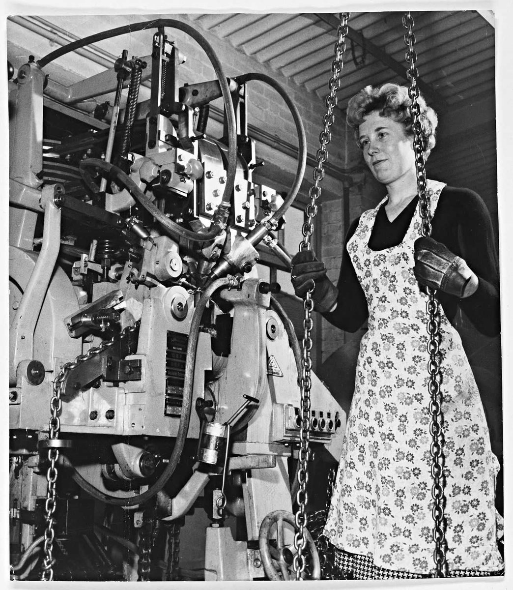 At number 2 in the most popular photo, 82 views, is Alice Griffiths making chains at the Joseph Woodhouse firm in Cradley Heath in 1961 https://bit.ly/3bmaToS #Archive30 #FavouriteItem Alice's daughters were thrilled to find this photo of their mother: https://bit.ly/2UAmcTGpic.twitter.com/E9IY4Ygflz