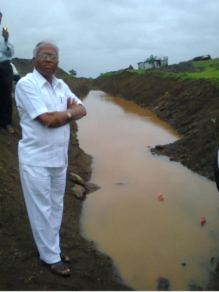 Mr. Thombre has successfully completed the Natural Water Conservation Scheme through a private sugar factory. The Government's Zero Discharge Policy was implemented 100% by processing the contaminated water in the factory. It is complimentary and exemplary. pic.twitter.com/sO2ZuYpREv