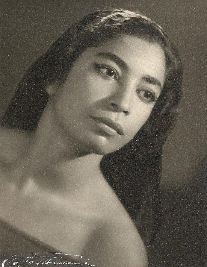 Un día como hoy, en 1932, nació mi querida y admirada tía #soniasanoja. Gracias a todas aquellas personas que hoy la recuerdan y los invito a seguie en instagram @fundacionsanoja.silvaestrada  #danzacontemporanea pic.twitter.com/KafepOESS8